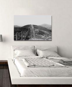 biało-czarna dróżka i płotek w sypialni