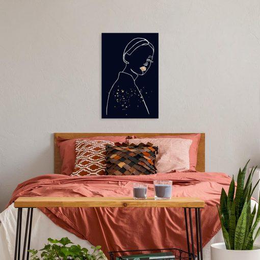 Obraz- Spoglądająca kobieta do sypialni