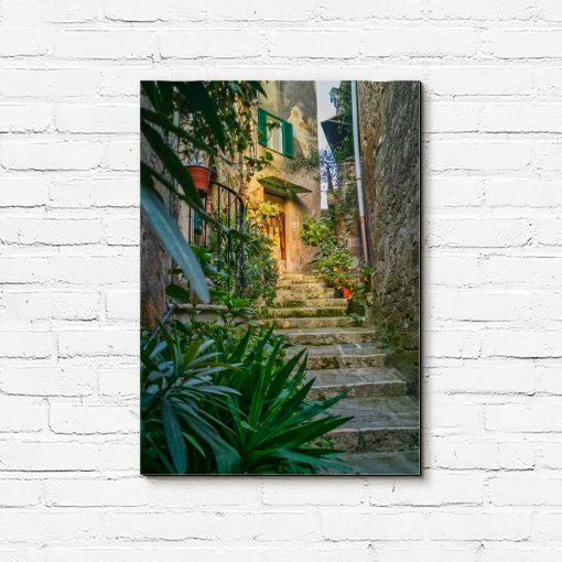 Obraz z wąskimi zabytkowymi schodami