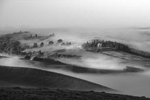 Czarno-biały obraz z górskim widokiem na przedpokój