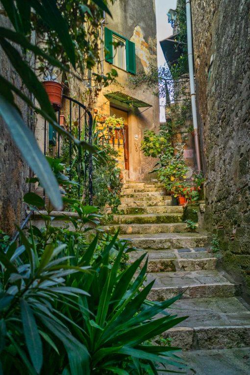Obraz kamienne schody w zabytkowym miasteczku