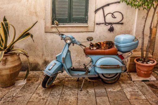 Obraz z niebieskim skuterem do pokoju - Korfu do dekoracji nowoczesnych wnętrz