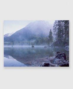 Mgła nad jeziorem na obrazie