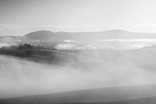 Czarno-biały obraz z widokiem na góry