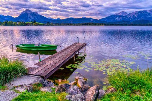 Obraz pejzaż z jeziorem i kamiennym brzegiem