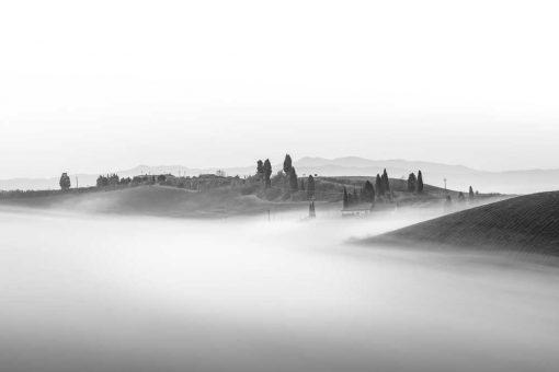 Obraz w szarościach z widokiem na wzgórza we mgle
