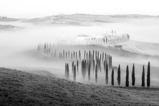 Czarno-biały obraz z krajobrazem górskim na prezent