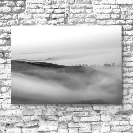Szary obraz z motywem pól we mgle