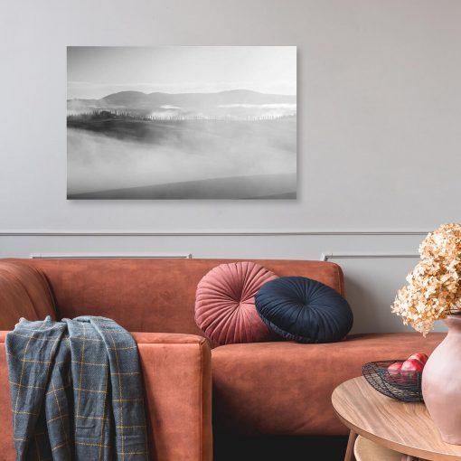 Czarno-biały obraz z widokiem na góry do salonu
